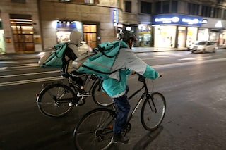 Milano, rapinatore fermato e preso a pugni da tre rider: stava rubando le loro biciclette