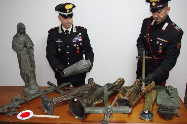 Le statue e gli altri oggetti rubati al cimitero