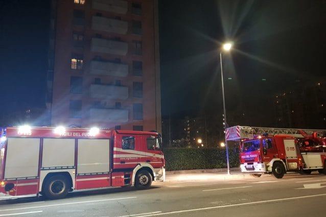 I vigili del fuoco in via delle Forze Armate (Foto Fanpage.it)
