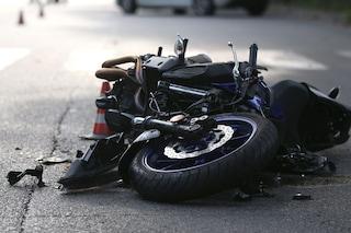 Milano, tragico incidente in centro: ragazzo di 23 anni cade dalla sua moto e muore
