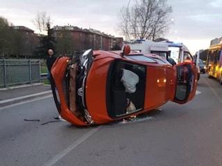 Incidente all'alba a San Giuliano Milanese, auto si ribalta: ragazza resta incastrata nell'abitacolo