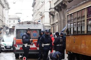Milano, incidente in Corso Genova: auto tenta un sorpasso azzardato e si scontra con un tram