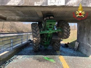 Vizzola Ticino, trattore si ribalta e resta incastrato sotto un ponte: ferito un contadino 82enne