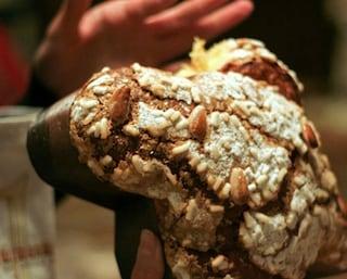 Pasqua, tempo di colomba: il dolce tipico è nato a Milano, ecco la sua storia