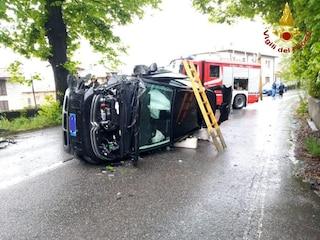 Spaventoso incidente in Brianza, auto finisce fuori strada e si cappotta: due persone ferite