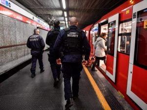 Milano, scende sui binari della metro per raccogliere due euro e blocca la circolazione: denunciato
