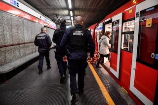 Milano, follia in metro: con un martello distrugge le vetrine dei negozi poi aggredisce gli agenti