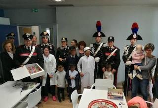 Varese, i carabinieri portano uova di cioccolato in ospedale ai bambini malati