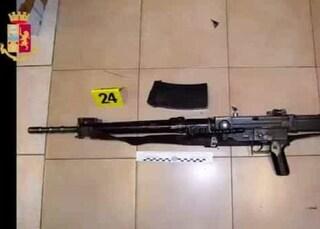 Imbianchino in pensione e insospettabile: in casa a Cinisello 38 armi tra pistole e fucili d'assalto