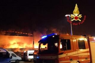 Marone, vasto incendio distrugge la storica azienda Feltri: circolazione ferroviaria interrotta