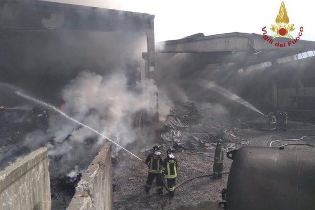 I vigili del fuoco al lavoro a Rogno (Foto dei Vigili del fuoco via Twitter)