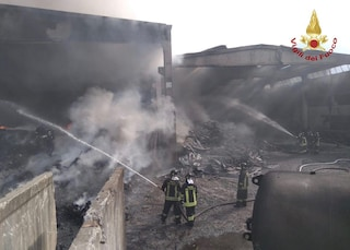 """Incendio in un deposito di rifiuti a Rogno, il sindaco: """"Tenete chiuse porte e finestre"""""""