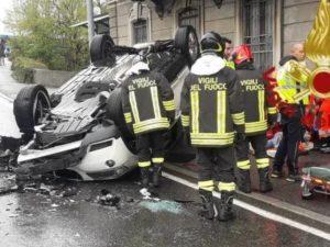 Automobile si ribalta sulla via Napoleona a Como – Foto vigili del fuoco di Como