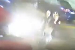 Milano, attraversano la strada e vengono scaraventati all'aria da un'auto: salvi. Il video choc