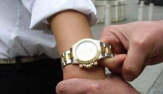 Milano, doppio colpo in un giorno: le vittime rapinate in strada degli orologi da 65mila euro