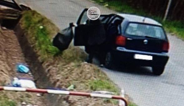 La donna ripresa dalle telecamere mentre butta l'immondizia