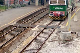 Rescaldina, si siede sui binari per farsi investire dal treno: 28enne salvato dai carabinieri