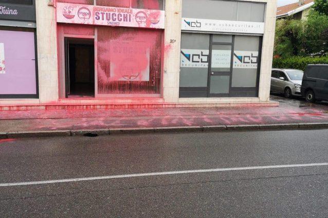 La sede del candidato sindaco leghista vandalizzata (Facebook)