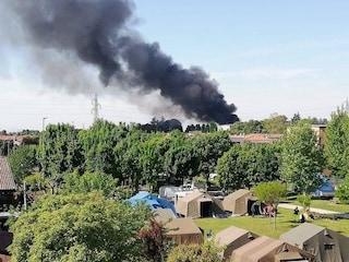 Incendio in un'azienda di Ospitaletto, fiamme distruggono un capannone: fumo visibile a chilometri