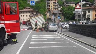 Grave incidente in Val Brembana, carico perso dal tir schiaccia un'auto: ferita gravemente una donna