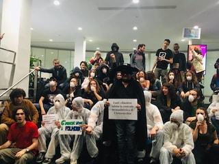 """Milano, centri sociali occupano la sede Enel di via Carducci: """"Chiudere tutte le centrali a carbone"""""""