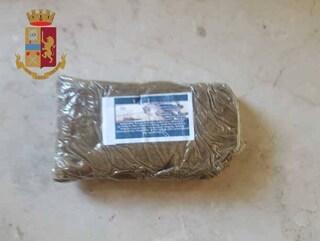 Milano, sequestrati a pusher 120 grammi di hashish: sul panetto di droga il volto di Pablo Escobar