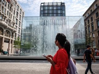 """Milano, turista fa la doccia nuda nella fontana dell'Apple Store: """"Non pensavo fosse vietato"""""""