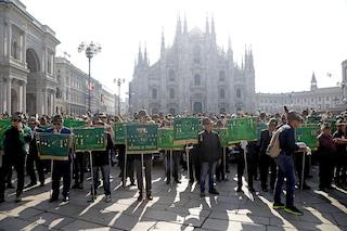 Milano, inno nazionale e alzabandiera in piazza Duomo: al via l'Adunata nazionale degli Alpini