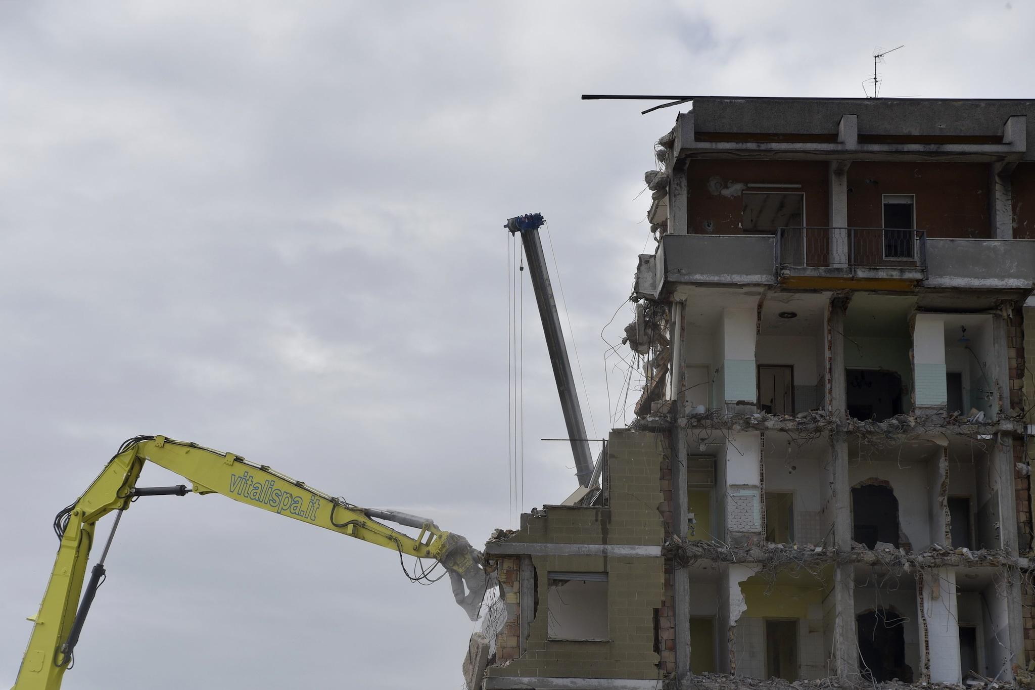 La macchina demolitrice in azione sulle torri di Zingonia