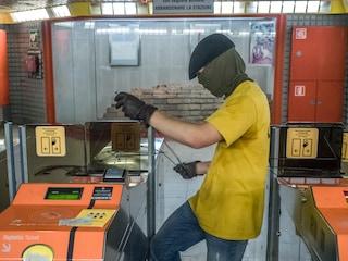 Milano, protesta contro l'aumento del biglietto: danneggiate le stazioni della metro