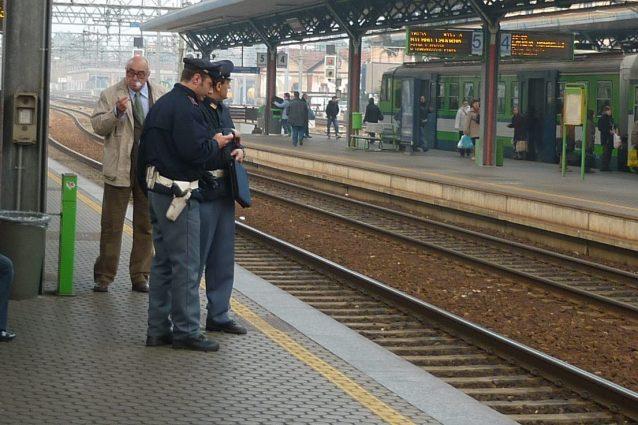 Paura su un treno a Seveso, pensa di essere stato filmato con il cellulare e minaccia una donna