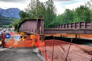 Lecco, posa del nuovo ponte di Annone Brianza crollato nel 2016: statale chiusa e traffico in tilt