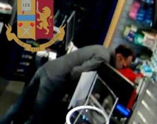 Milano, finge di parlare al telefono poi mette a segno il colpo: così il ladro ha compiuto 12 rapine