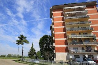 Bergamo, bambina di 9 anni precipita dalla finestra e muore: è il terzo caso nel quartiere in 4 anni