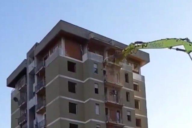 L'inizio della demolizione delle torri di Zingonia
