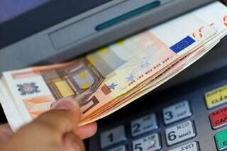 Desenzano, bancomat spara banconote per mille euro: 33enne le trova e le consegna alla proprietaria