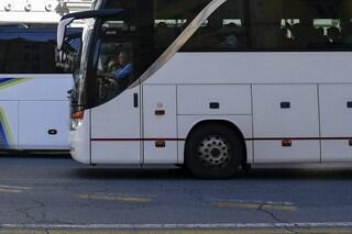 Pavia, agenti fermano autobus pieno di studenti per un controllo: autista positivo all'alcoltest
