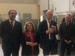 Il ministro dell'Istruzione Marco Bussetti con la docente aggredita (Facebook)