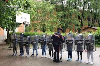 Cremona, bambini in caserma vestiti da celerini in assetto anti sommossa: genitori divisi