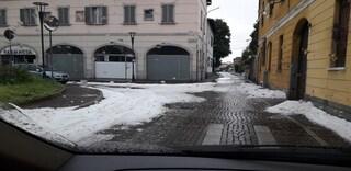 Maltempo a Milano: intensa grandinata ad Arese, strade imbiancate