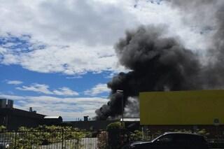 Incendio in un capannone a Gazzada Schianno: alta colonna di fumo nero