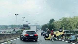 Incidente fra tre auto in viale Fulvio Testi a Milano: una si ribalta, feriti e traffico in tilt