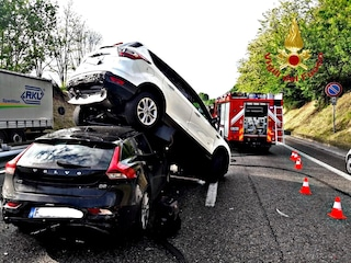 Incidente sulla Milano-Meda, suv si solleva da terra dopo un tamponamento: quattro feriti