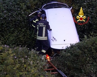 Si ribalta con l'auto in un fossato: uomo muore in un incidente stradale a Pizzale (Pavia)