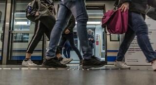Brescia, passeggero senza biglietto in metropolitana aggredisce il controllore e fugge