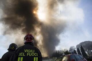 Incendio tra Milano e Rozzano: fiamme e un'alta colonna di fumo nero su via dei Missaglia