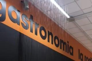 Maltempo, piove dentro la Auchan di Concesio: supermercato allagato ed evacuato