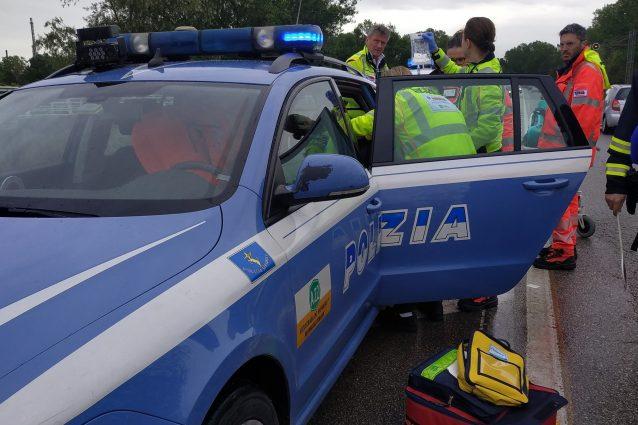 I soccorsi della Polstrada al bimbo