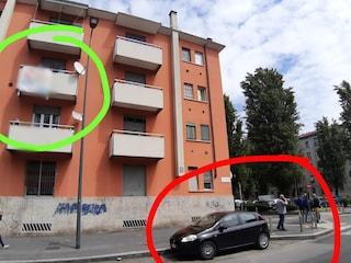 Milano, striscione contro Salvini su un balcone: la Digos identifica il proprietario