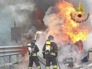 Il veicolo in fiamme sulla Tangenziale Ovest, altezza Baggio a Milano.